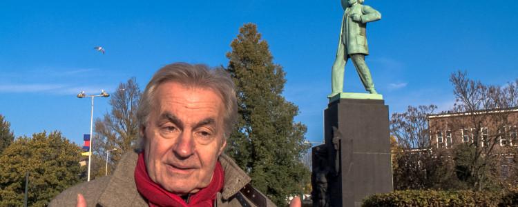 Provo Roel van Duijn bij beeld anarchist Domela Nieuwenhuis